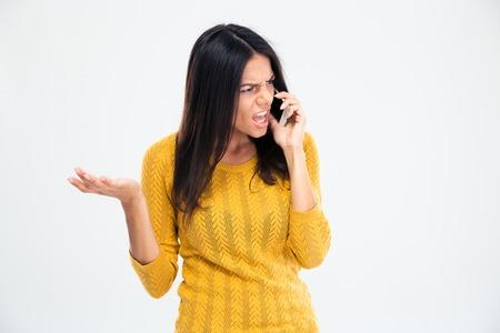 mujer enojada: Mujer enojada que habla en el tel�fono aislado en un fondo blanco