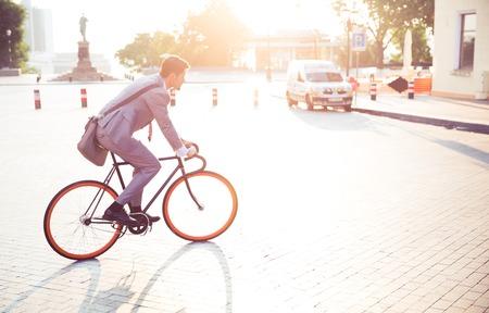 町で働くビジネスマン乗馬自転車