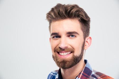 Close-up portret van een vrolijke jonge man kijken camera geïsoleerd op een witte achtergrond Stockfoto