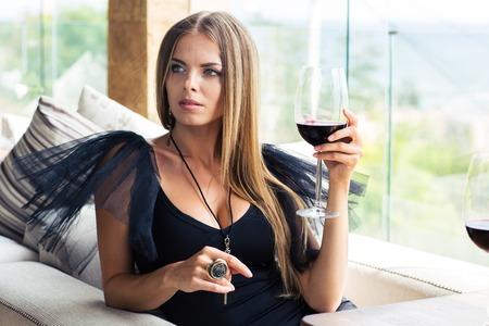 alimentos y bebidas: Mujer hermosa de la manera de beber vino en el restaurante