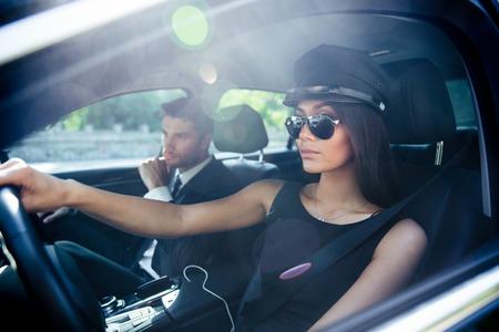 車を運転してサングラスの美しいファッション女性の肖像画