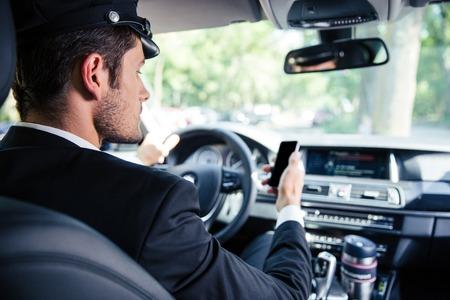 Portret van een knappe mannelijke chauffeur rijdt auto Stockfoto