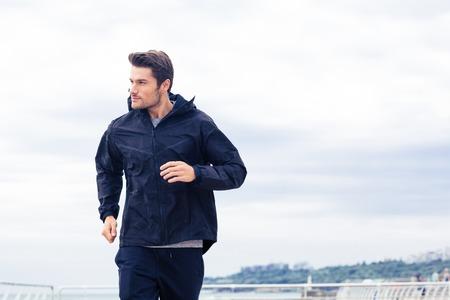 朝外で走っているスポーツ人