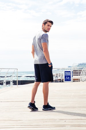 Porträt eines Mannes in der Sportabnutzung, die draußen