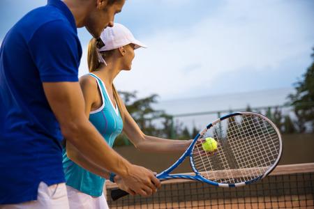 jugando tenis: Retrato de un par de juego en el tenis