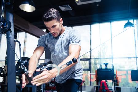 ginástica: Retrato de um treino Homem da aptidão na ginástica Banco de Imagens