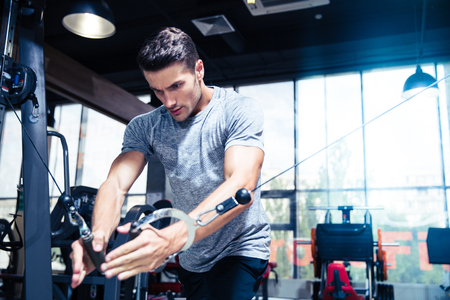 fitness men: Retrato de una sesi�n de ejercicios en el gimnasio de fitness hombre