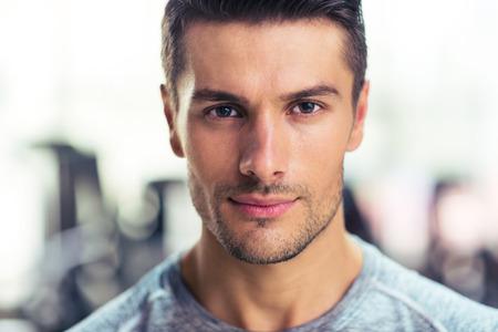hombre fuerte: Retrato del primer de un hombre guapo en el gimnasio