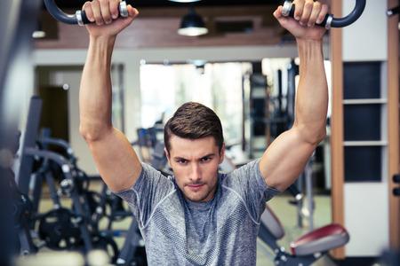bel homme: Portrait d'un homme beau dans l'entra�nement salle de fitness