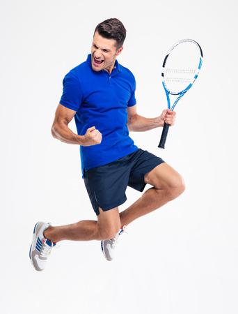 gente celebrando: Retrato de un jugador de tenis de sexo masculino hermoso que celebra su �xito aislado en un fondo blanco