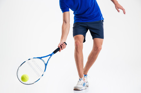 jugando tenis: Retrato de detalle de un hombre que juega en el tenis aislado en un fondo blanco