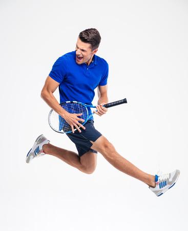 Portret van een grappige tennisser die op aw hite achtergrond Stockfoto