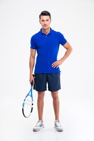 TENIS: Retrato de cuerpo entero de un hombre guapo de pie deportes con raqueta de tenis aislada en un fondo blanco