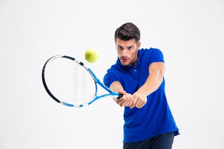 jugando tenis: Retrato de un hombre guapo jugar en el tenis aislado en un fondo blanco Foto de archivo