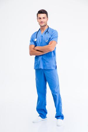 In voller Länge Portrait eines glücklichen männlichen Arzt stand mit verschränkten Armen auf einem weißen Hintergrund Standard-Bild - 45037776