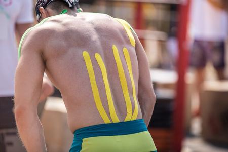 convulsion: Vista trasera de un hombre con cinta atl�tica en la espalda