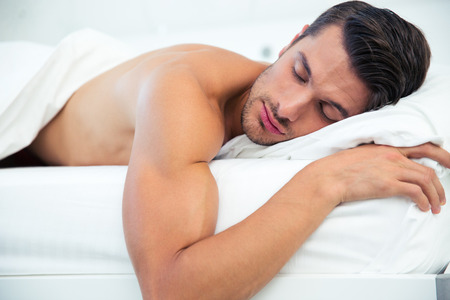 männer nackt: Porträt eines Mannes im Bett schlafen zu Hause Lizenzfreie Bilder