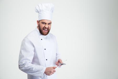 재미 있은 남성 요리사 요리사 칼을 갈 고 흰색 배경에 고립의 초상화