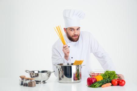 pastas: Retrato de un cocinero de sexo masculino cocinar preparar las pastas aislado en un fondo whtie