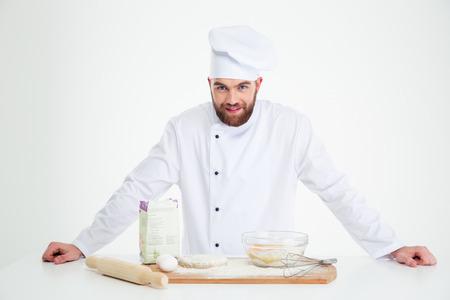 panadero: Retrato de un panadero de sexo masculino de pie aislado en un fondo blanco