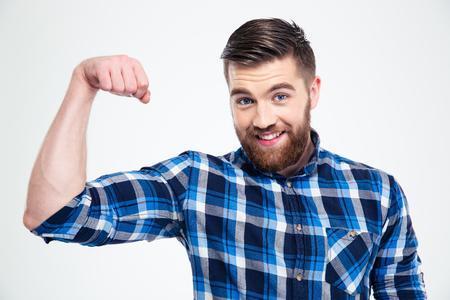 musculo: Retrato de un hombre guapo que muestra sus m�sculos aislados en un fondo blanco