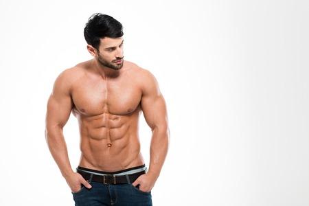 nudo integrale: Ritratto di un uomo di forma fisica con il torso nudo in piedi isolato su uno sfondo bianco