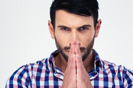 hombres guapos: Retrato del primer de un hombre hermoso rezando aislados sobre un fondo blanco