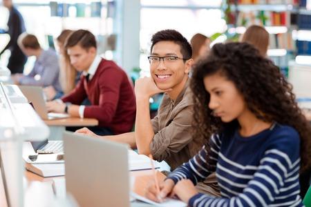 alumnos estudiando: Grupo de los de estudiantes que estudian en la biblioteca de la universidad