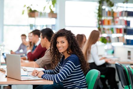 salle de classe: Portrait d'un étudiants qui étudient dans bibliothèque universitaire Banque d'images