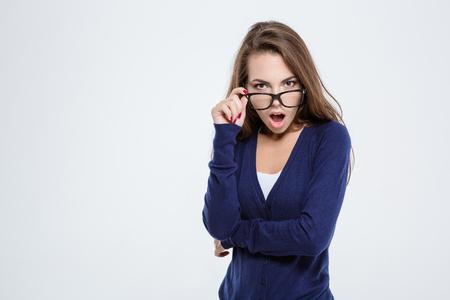 visage: Portrait d'une femme choqu�e regardant la cam�ra isol�e sur un fond blanc
