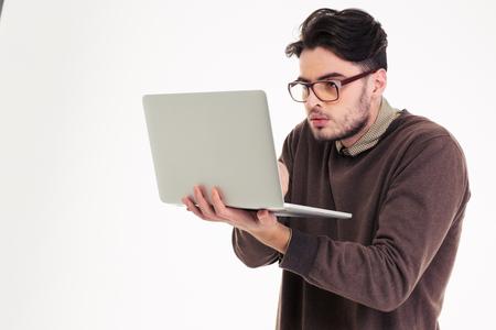 白い背景で隔離のラップトップ compter を使用して面白い男の肖像