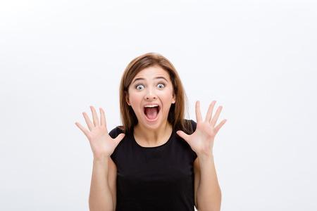 Scared crier jeune femme en haut noir sur fond blanc Banque d'images - 49773057