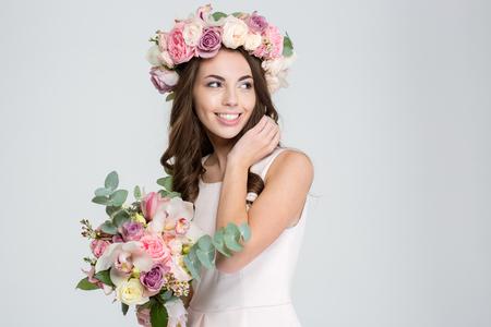 mujer con rosas: Retrato de una mujer con la sonrisa linda flores aisladas sobre un fondo blanco Foto de archivo