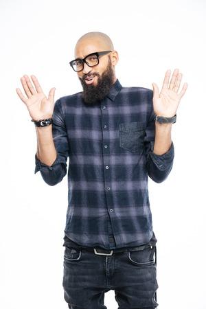 uomini belli: Afro american man segno mostrando stop con palme isolati su uno sfondo bianco