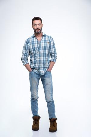 persona de pie: guapo casual pie aislado en un fondo blanco y mirando a la c�mara