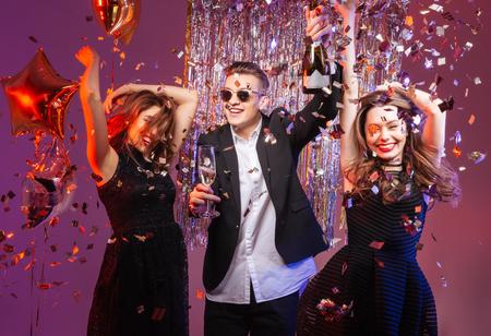 Bewegung Menschen: Excited fr�hlichen jungen Freunde tanzen und haben Party �ber lila Hintergrund Lizenzfreie Bilder