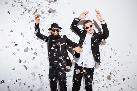 baile: Dos hombres j�venes bailando en la fiesta