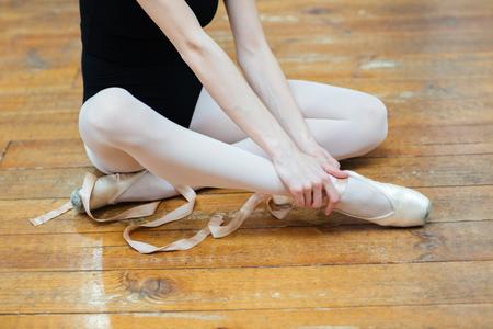 Geerntetes Bild einer Ballerina in Pointes Schmerzen im Knöchel mit