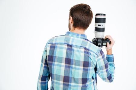 personas de espalda: Volver la vista vertical de una cámara de foto fotógrafo holding hombre aislado en un fondo blanco