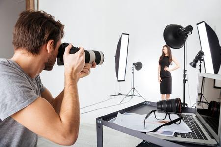 El fotógrafo disparar modelo en el estudio con softboxes Foto de archivo - 52191890
