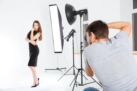 hombre disparando: Hombre disparando modelo femenino en el estudio con softboxes Foto de archivo