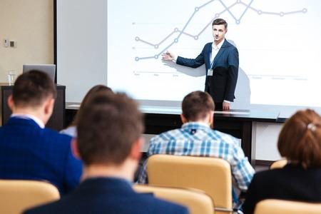立っていると、会議室での商談で講義 Inelligent スピーカー 写真素材