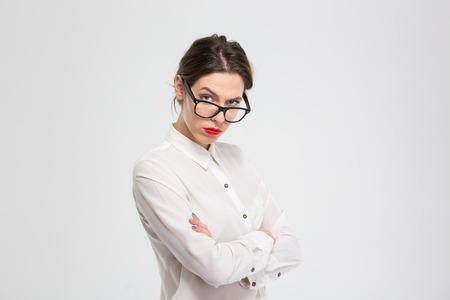 jefe enojado: enojado negocios en gafas mirando a la cámara aislada sobre un fondo blanco Foto de archivo