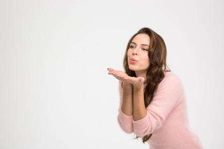 beso: la mujer que soplan beso hermoso aislado en un fondo blanco