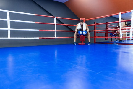 Männliche Boxer mit Handtuch ruht in der Ecke des Boxring Standard-Bild