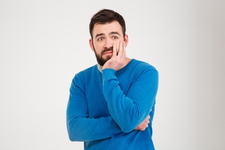 hombres guapos: triste hombre de pie aislado en un fondo blanco