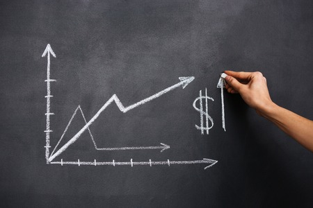 signo pesos: Dibujo a mano la tabla de crecimiento del dólar en la pizarra por la tiza Foto de archivo