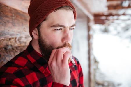 hombre fumando: El hombre de fumar cigarrillo al aire libre Foto de archivo