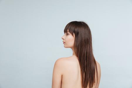 jeune fille adolescente nue: Vue arri�re portrait d'une femme nue en d�tournant les yeux isol� sur un fond blanc