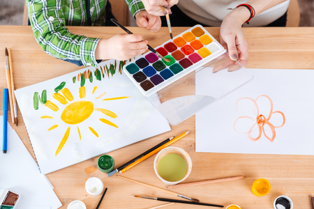 母親と幼い息子絵画と一緒に水彩絵の具を使っての手の上から見る